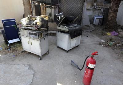 Vista de un extintor y dos de las incubadoras quemadas en el incendio en un hospital del oeste de Bagdad, Irak.