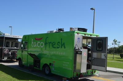 """Fotografía en Boca Ratón, Florida (Estados Unidos), del camión de comida """"Taco Fresh"""", que ofrece platillos mexicanos tradicionales con ingredientes frescos y cultivados localmente, una de las tendencias más exitosas en la fiebre de los camiones de comida que se ha apoderado del sur de la Florida (Estados Unidos)."""