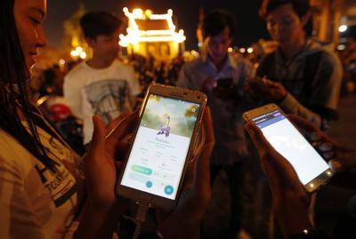 Varios camboyanos juegan a Pokémon Go cerca del Palacio Real en Phnom Penh (Camboya).