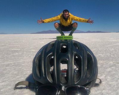 Imagen en el Salar de Uyuni (Bolivia) de Juan Dual, un enfermero español de 31 años que perdió parte del aparato digestivo a causa de un cáncer, recorrió las rutas de Bolivia en bicicleta y se dirige hacia Argentina en una campaña por Latinoamérica para prevenir contra esa enfermedad.