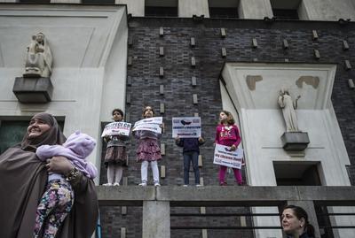 Varios niños, miembros de la comunidad musulmana checa, sostienen pancartas durante una manifestación contra los últimos ataques terroristas ocurridos en Europa, en Praga, República Checa.