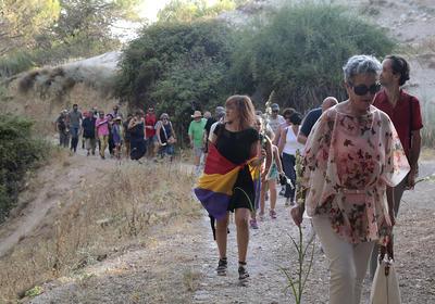 """A punto de cumplirse 80 años del fusilamiento de Federico García Lorca, el 19 de agosto de 1936, un grupo de personas convocadas por distintos colectivos recorrió hoy en Granada (sureste de España) la llamada """"carretera de la muerte"""" para recordar al poeta."""