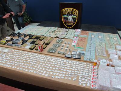 Detalle de algunas de las armas, dinero y drogas incautadas por la Policía de Puerto rico, entre la noche del miércoles 10 y hoy, jueves 11 de agosto de 2016, en San Juan (Puerto Rico).