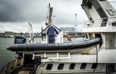 Vista de dos voluntarios de la Fundación Bootvluchteling que preparan un barco de rescate en Róterdam, Holanda.
