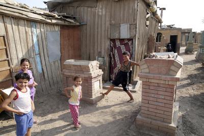 Varios niños juegan entre las lápidas de la Ciudad de los Muertos del Cairo, Egipto.