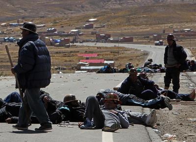 Un grupo de mineros permanecen en el lugar del sector de Mantecani, donde bloquean la carretera entre las ciudades de La Paz y Oruro (oeste), cortando la ruta.