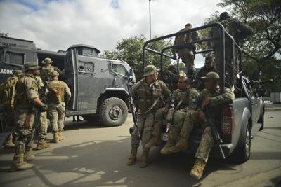 Los miembros de la Fuerza Nacional de Seguridad, un grupo de élite de la Policía en Brasil, cercaron, dos favelas de Río de Janeiro en las que el miércoles fueron atacados a tiros tres integrantes de esa unidad enviados a esta ciudad para reforzar la seguridad durante los Juegos Olímpicos en Río de Janeiro.