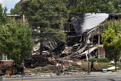 Vista de los daños luego de que un incendio y una explosión destruyeran parte del complejo de apartamentos Flower Branch en Silver Spring, Maryland (Estados Unidos).