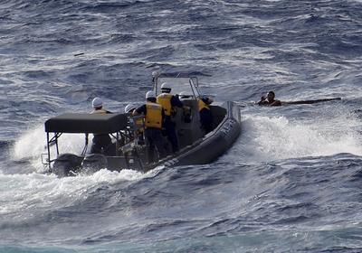 Fotografía cedida por la oficina de Guardacostas de Japón del rescate de un grupo de pescadores chinos cuyo bote se hundió tras chocar con un barco de carga griego en las islas Senkaku, area en disputa entre China y Taiwán.