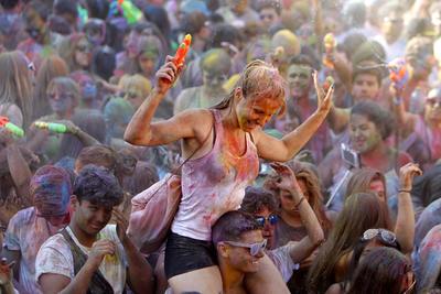 Un momento del festival de los colores Monsoon Holi Madrid, que por tercer año consecutivo acoge el barrio de Lavapiés al ritmo de las danzas de Bollywood, en el que 500 kilos de polvos de pétalos de flores y miles de litros de agua colorean a las más de 5.000 personas participantes.