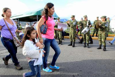 Venezolanos atraviesan el puente internacional Simón Bolívar, frontera entre Colombia y Venezuela, hacia Colombia en San Antonio (Venezuela).