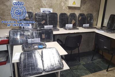 """La Policía Nacional ha desarticulado, con la detención de un total de 30 personas, una organización que colocaba a varias """"mulas"""" y diferentes señuelos en un mismo vuelo para despistar a los agentes e introducir en el aeropuerto de Barajas cocaína procedente de Colombia."""