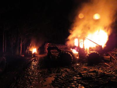 Fotografía de un ataque incendiario perpetrado por un grupo de desconocidos, quienes quemaron una maquinaria forestal y una camioneta entre las localidades de Cañete y Los Álamos en la región de BioBío (Chile).