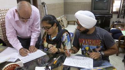 Los calígrafos apuran sus últimos trazos en la parte antigua de Nueva Delhi, herederos de un oficio camino del olvido, pero el arte de escribir a mano de forma bonita se resiste a desaparecer en la India en la era de los ordenadores.