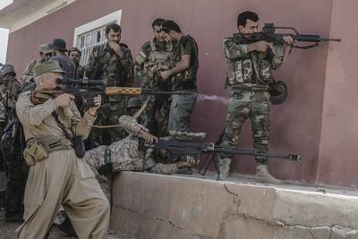 Mosul ( Irak ).- Fuerzas de avanzada iraqíes, que participan en una operación para liberar a varios pueblos actualmente bajo el control del Estado Islámico sureste de Mosul, al norte de Irak. La operación tiene el objetivo de recuperar 11 pueblos, según las fuentes hasta el momento seis se retomaron con éxito con la ayuda de apoyo aéreo liderada por Estados Unidos. La liberación de los pueblos de las fuerzas del Estado islámicos sirve como una zona de amortización para proteger kurdo-ciudades en poder de los ataques IS y es un trampolín para recuperar finalmente la propia ciudad de Mosul. EFE