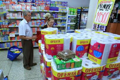 Cocuta (COLOMBIA).- Ciudadanos venezolanos hacen sus compras en almacenes CUCUTA.- colombianos, en la fronteriza ciudad de Cucuta (Colombia). Mientras los comercios de las ciudades venezolanas cercanas a la frontera se mantienen cerrados por el desabastecimiento, miles de sus ciudadanos volvieron a cruzar hoy a Colombia para conseguir alimentos básicos y artículos de primera necesidad en los comercios de Cúcuta. EFE