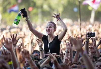 Budapest (Hungría ).- Los aficionados disfrutan del concierto de la banda de rock canadiense Sum 41 en el 24º Sziget (Isla) Festival en la isla de Astillero, el norte de Budapest. El festival es una de las eventos culturales más importantes de Europa que ofrece exposiciones de arte, representaciones teatrales y de circo y por encima de todos los conciertos de música en ocho días. Más de 1.500 programas y artistas de más de 60 países entretienen a los esperados 450 miles visitantes que representan a 98 países del mundo. EFE