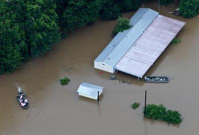 TICKFAW, Louisiana, EE.UU.- En esta fotografía aérea , los equipos de rescate y civiles por igual trabajo para sacar a la gente de sus casas inundadas a lo largo del río Tangipahoa. Desde el aire, las casas en el suroeste de Louisiana parecían pequeñas islas rodeadas de campos inundados. Los equipos de emergencia usaron el domingo vehículos altos, barcos y helicópteros para rescatar a decenas de residentes. (AP)