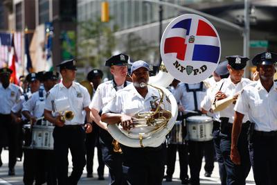 NUEVA YORK (EE.UU.).- Miembros de la Banda de la Policía de Nueva York participan en el desfile dominicano hoy, domingo 14 de agosto de 2016, en la Sexta Avenida de Nueva York (EE.UU.). EFE