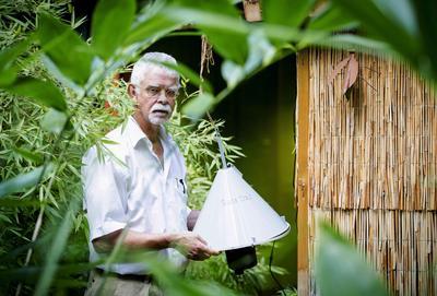 WAGENINGEN (HOLANDA).- El profesor de la Universidad de Wageningen y experto en mosquitos, Willem Takken posa junto a una trampa de mosquitos en Wageningen, Holanda. La llamada 'trampa de olor' según Takken, puede capturar el 70% de los mosquitos que contagian la malaria en un área abierta. EFE/Robin Van Lonkhuijsen