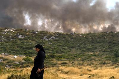 Viseu (Portugal ).- Una mujer se coloca cerca de un incendio forestal en San Pedro del Sur, distrito de Viseu, el centro de Portugal. EFE