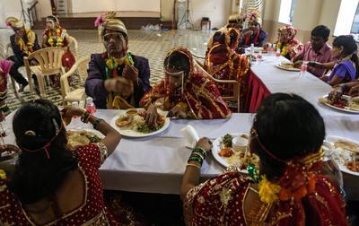 Mumbai (India ).- novios y novias ciegos de la India tienen el almuerzo después de su ceremonia de matrimonio en Mumbai, India. Alrededor de 11 parejas se casaron ciegos durante la ceremonia que fue organizado por la Asociación de Bienestar de Ciegos de Maharashtra . EFE