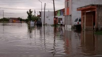 """En la colonia Residencial del Norte, ciudadanos también se han visto afectados por la acumulación de agua. En Sección 38 y calzada Fundadores las banquetas """"desaparecieron""""."""