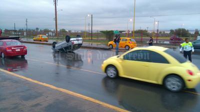 Sobre el Periférico de Torreón, una conductora se volcó al circular a exceso de velocidad. Pese a lo aparatoso del accidente, la mujer resultó ilesa.