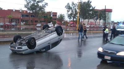 Debido al pavimento mojado por las lluvias, se registraron accidentes viales.