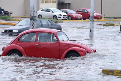 Los conductores sufrieron ante las inundaciones.