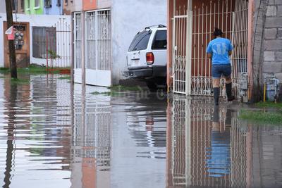 Laguneros salieron a tratar de destapar los drenajes.