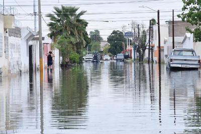 """Las calles y banquetas """"desaparecieron"""" por el agua."""