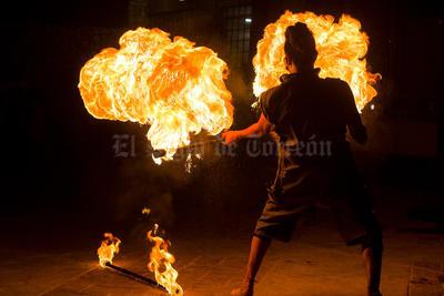 """""""El Primaveras"""" danza con fuego dentro de una de sus presentaciones en Torreón."""