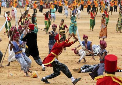 Estudiantes participan en un evento cultural durante las celebraciones del Día de la Independencia de la India en Bangalore (India).