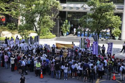 """Una multitud protesta contra el trato de Japón a las llamadas """"mujeres confort"""" en Taipei (Taiwán)."""