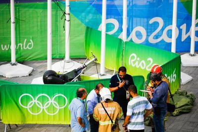 La policía y bomberos buscan las causas por las que una cámara aérea suspendida sobre el parque olímpico se precipitó contra el suelo, hiriendo al menos a dos personas en Río de Janeiro (Brasil).