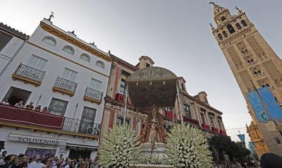 La imagen de la Virgen de los Reyes rodea la catedral de Sevilla durante su recorrido procesional hoy, día de la Asunción de la Virgen, al que han asistido numerosos sevillanos.