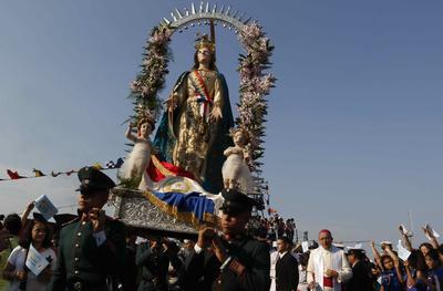 Vista de la Virgen de la Asunción que es sostenida por un grupo de cadetes durante una procesión por las calles de Asunción (Paraguay).