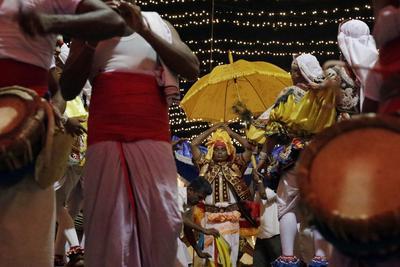 "Devotos participan en la tradicional procesión ""Gonpita Perehera"" en el templo Nawagamuwa Pattini Devalaya dedicado a la diosa Paththini Kaduwela a unos 39 km de Colombo (Sri Lanka)."
