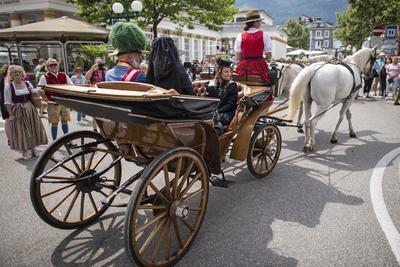 Actores disfrazados como la emperatriz Sisí (c), el emperador Francisco José I (i) y Marie Valerie (d) de Austria viajan en un carromato durante la celebración de la Fiesta Imperial en Bad Ischl (Austria).