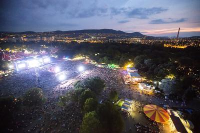 Vista aérea del concierto de Noel Gallagher durante el festival Sziget en la isla Shipyard, norte de Budapest (Hungría). El festival, que se realiza entre el 10 y el 17 de agosto, es uno de los eventos culturales más grandes de Europa.