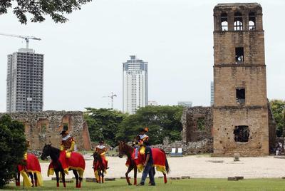 Artistas vestidos como conquistadores desfilan por el centro histórico, en Ciudad de Panamá (Panamá).