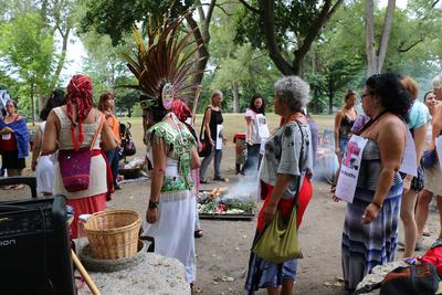 Un grupo de indígenas mayas de Guatemala, danzantes aztecas de México e indígenas de Canadá realizaron en un parque de Toronto una ceremonia maya en contra de los miles de feminicidios en Canadá, México, Guatemala, Honduras y otros países de Latinoamérica.