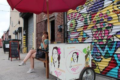 Fany Gerson, emprendedora de la capital mexicana, ha logrado conquistar desde hace más de cinco años el paladar de los neoyorquinos con paletas de hielo comercializadas bajo la marca La Newyorkina, similares a las de innumerables negocios en México.