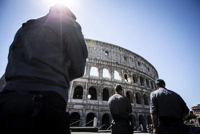La policía vigila la entrada del Coliseo en Roma, Italia. En Italia el turismo se dispara durante este puente (conocido como Ferragosto en el país alpino y que en España es el día de la Asunción de la Virgen María) en mitad de las vacaciones de agosto.