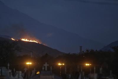 Un incendio forestal hace estragos en una colina cerca del estadio de bicicletas de montaña, pista de slalom de canoa y pista de BMX en Deodoro en Río de Janeiro, Brasil.