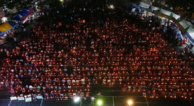 SEONGJU (COREA DEL SUR).- Residentes de Seongju-gun participan hoy, lunes 15 de agosto 2016, en una vigilia con velas después de que 908 residentes, razuraron sus cabezas, durante una protesta contra el despliegue, por parte del Gobierno, del sistema de defensa de EE.UU. THAAD en Seongju-gun, provincia de Gyeongsangbuk-do a300 km de Seúl (Corea del Sur). El Gobierno de Corea del Sur anunció su decisión el 13 de julio, de permitir el despliegue de EE.UU. del sistema Terminal High Altitude Area Defense (THAAD) contra la amenaza de misiles de Corea del norte. EFE