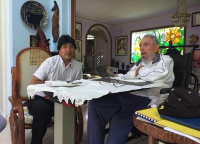 """LA HABANA (CUBA).- Fotografía cedida por la Agencia Boliviana de Información con fecha del, del presidente de Bolivia Evo Morales junto al líder cubano Fidel Castro, al que encontró """"lúcido como siempre"""" días después de su 90 cumpleaños, afirmó el mandatario boliviano en su cuenta oficial en Twitter, donde además publicó imágenes del encuentro. """"A 90 años y dos días, Fidel lúcido como siempre. Su preocupación y reflexión: alimentos para la vida en el planeta"""", tuiteó la noche del lunes Morales, que llegó al país caribeño esa misma tarde para unirse a los festejos por las nueve décadas de Castro. EFE"""