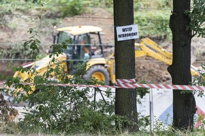 """WALBRZYCH (POLONIA).- Vista de las labores de excavación en el lugar donde supuestamente se halla el llamado """"tren del oro"""" nazi, en Walbrzych, al suroeste de Polonia. Las excavaciones comenzaron el pasado 12 de agosto informó el portavoz de los dos cazatesoros que aseguran conocer su ubicación, a pesar de que hasta ahora todos los sondeos en su busca han tenido resultados negativos. En la región polaca de Silesia se habla desde hace décadas de un mítico tren blindado nazi que transportaba metales preciosos y joyas, y que a finales de la II Guerra Mundial desapareció misteriosamente en el trayecto entre la fortaleza alemana de Breslavia (actual Wroclaw) y la localidad de Walbrzych. EFE"""