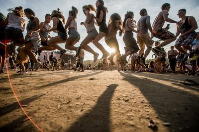 BUDAPEST (HUNGRÍA). - Asistentes al Festival Szige saltan por encima de una cuerda, durante el 24º Festival Sziget, en la isla Shipyard, norte de Budapest (Hungría). El festival, uno de los eventos culturales más importantes de Europa, ofrece exposiciones de arte, representaciones teatrales, muestras de circo y sobre todo, conciertos de música durante sus ocho días de duración. Más de 1.500 programas y artistas de más de 60 países buscan entretener a los cerca de 450 mil espectadores, de 98 países del mundo, que se espera asistan a Szige. EFE